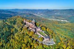 Luchtmening van Chateau du Haut-Koenigsbourg in de de Vogezen-bergen De Elzas, Frankrijk stock foto's