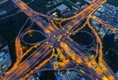 Luchtmening van cityscape en verkeer op weg bij nacht royalty-vrije stock afbeelding