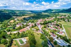 Luchtmening van Cleron, een dorp in Frankrijk beroemd voor zijn kasteel stock foto's