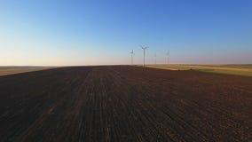 Luchtmening van cluster van windturbines op landelijk landbouwgebied stock footage