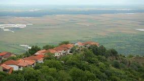 Luchtmening van comfortabel dorp met verse lucht en mooi landschap, Georgië stock footage