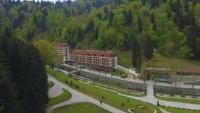 Luchtmening van comfortabele hoteltoevlucht in bos van Kaukasische bergen in Georgië stock footage