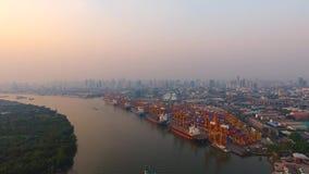 Luchtmening van containerschepen en opheffende kranen in de Haven van Bangkok stock videobeelden
