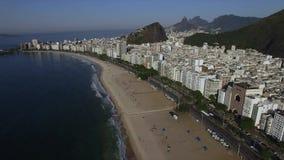 Luchtmening van Copacabana-strand tijdens de zomer, zon zonder wolken brazilië stock videobeelden