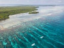 Luchtmening van Coral Reef en Kleine boten in Belize royalty-vrije stock fotografie