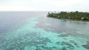 Luchtmening van Coral Reef en Tropisch Eiland in Wakatobi stock footage