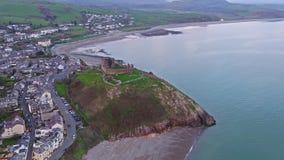 Luchtmening van Criccieth-kasteel en strand bij dageraad, Wales, het UK stock videobeelden