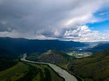 Luchtmening van de aard van de Altai-Bergen tijdens een appro royalty-vrije stock fotografie