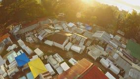 Luchtmening van de begraafplaats vroeg in de ochtend bij dageraad in de stad van Coron filippijnen stock footage