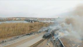 Luchtmening van de belangrijkste brand op het dak van een gebouw Dovende brandbrandbestrijders stock footage