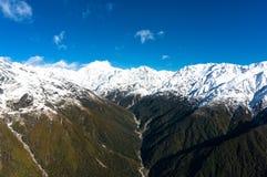 Luchtmening van de bergen van Nieuw Zeeland met rivier, wildernisland royalty-vrije stock foto's