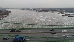 Luchtmening van de Bevroren Rivier Philadelphia van Delaware stock videobeelden