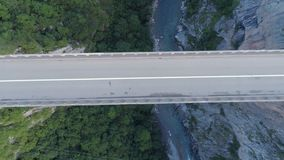 Luchtmening van de boogbrug van Durdevica Tara in de bergen, één van de hoogste automobiele bruggen in Europa stock footage