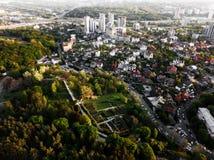 Luchtmening van de botanische tuin en de stad van Kiev, de Oekraïne Foto van de hommel Stock Foto's