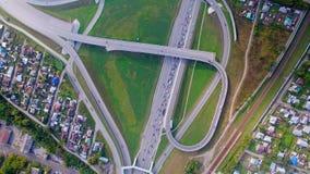 Luchtmening van de bovenkant van de weg, opstopping Uitwisseling op de brug stock videobeelden