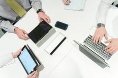 Luchtmening van de brainstorming van de bedrijfsmensengroep op vergadering Stock Afbeeldingen