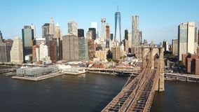 Luchtmening van de brug van Brooklyn aan Manhattan in New York, Amerika door de rivier van het Oosten in zonnige dag stock footage