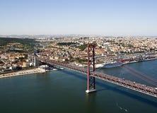 Luchtmening van de brug over de rivier Tejo, Lissabon royalty-vrije stock fotografie