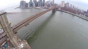 Luchtmening van de Brug van Brooklyn en de Brug van Manhattan stock video