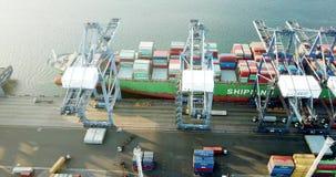 Luchtmening van de containers van de vrachtschiplading stock video