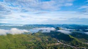 Luchtmening van de dam van Kaeng Krachan met ochtendmist Stock Fotografie