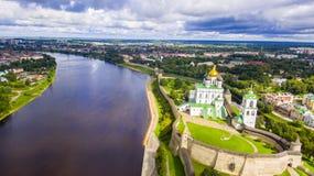 Luchtmening van de Drievuldigheidskathedraal, Pskov het Kremlin stock afbeeldingen