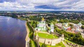 Luchtmening van de Drievuldigheidskathedraal, Pskov het Kremlin royalty-vrije stock afbeeldingen