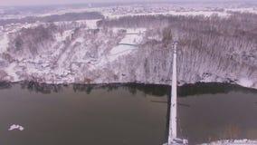 Luchtmening van de dwarsrivier van de stadsbrug bij zonsopgang stock video