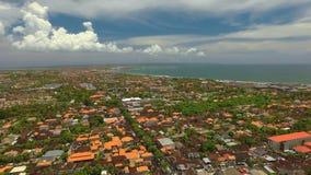 Luchtmening van de gebieden van Seminyak en Kuta-in Bali stock footage