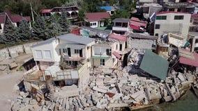 Luchtmening van de gevolgen van een grondverschuiving in de stad van Chernomorsk, de Oekraïne stock videobeelden