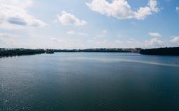 Luchtmening van de groene schilderachtige stad op de kust van het meer Ternopil ukraine stock foto