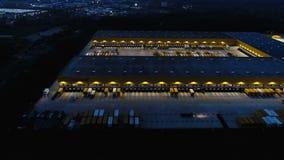Luchtmening van de Groep van Deutsche Post DHL de hub van de pakketdistributie in Obertshausen, Duitsland bij schemer stock video