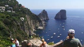 Luchtmening van de haven in Capri-mensen op vakantie stock videobeelden