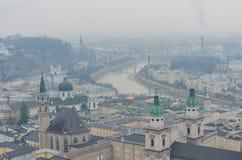 Luchtmening van de het mooie kasteel en rivier van Salzburg stock afbeeldingen