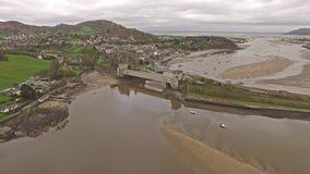 Luchtmening van de historische stad van Conwy met het het middeleeuwse kasteel van ` s - Wales - het Verenigd Koninkrijk stock videobeelden