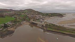 Luchtmening van de historische stad van Conwy met het het middeleeuwse kasteel van ` s - Wales - het Verenigd Koninkrijk stock footage