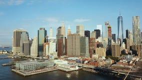 Luchtmening van de hoofdstad van Amerika De brug van Brooklyn door de rivier van het Oosten aan Manhattan in New York stock video
