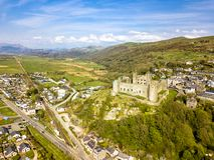 Luchtmening van de horizon van Harlech met het de 12de eeuwkasteel van ` s, Wales, het Verenigd Koninkrijk stock fotografie