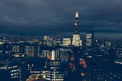 Luchtmening van de horizon van Londen bij nacht met de scherfbouw Stock Afbeeldingen
