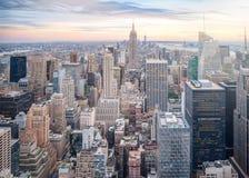 Luchtmening van de horizon van Manhattan, wolkenkrabber in de Stad van New York bij zonsondergang in avond Stock Fotografie
