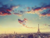 Luchtmening van de horizon van Parijs en de toren van Eiffel met wolk in vorm van hart, Frankrijk Bedrijfs, Liefde en reisconcept Stock Foto