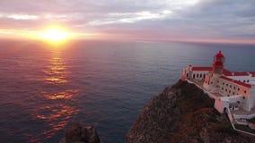 Luchtmening van de klippen van Kaap St Vincent vóór zonsondergang portugal Gebied Algarve stock footage
