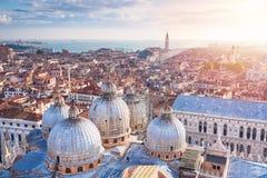 Luchtmening van de koepels van St Teken` s Basiliek met de stadsmening in Venetië, Italië De kerk van San Giorgio Maggiore op de  royalty-vrije stock foto's