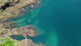 Luchtmening van de Kustgang van Yongmeori op Jeju-Eiland, Zuid-Korea Ruwe die Geologische formatie met Erosie wordt gemaakt stock video