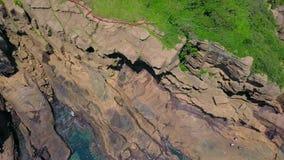 Luchtmening van de Kustgang van Yongmeori op Jeju-Eiland, Zuid-Korea Ruwe die Geologische formatie met Erosie wordt gemaakt stock footage