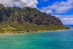 Luchtmening van de kustlijn en de bergen van Oahu in Honolulu Hawaï Stock Fotografie