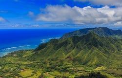Luchtmening van de kustlijn en de bergen van Oahu in Honolulu Hawaï Stock Foto's