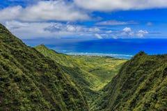 Luchtmening van de kustlijn en de bergen van Oahu in Honolulu Hawaï Stock Foto
