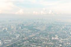 Luchtmening van de metropool van Bangkok op neveldag Stock Afbeelding