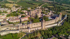 Luchtmening van de middeleeuws stad van Carcassonne en vestingskasteel van hierboven, Zuidelijk Frankrijk stock afbeelding
